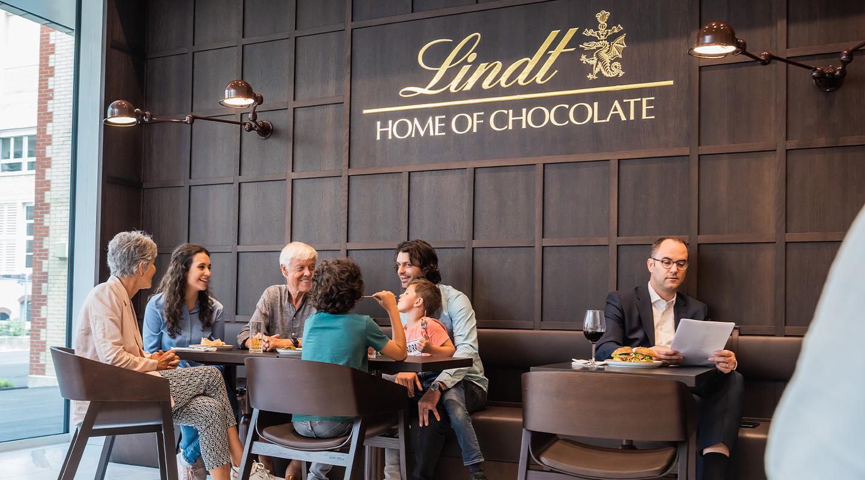 Eine gemütliche und gesellige Atmosphäre im Lindt Café