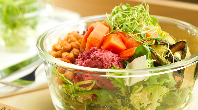 Wählen Sie aus einer Auswahl an gesunden Salaten im Lindt Home of Chocolate